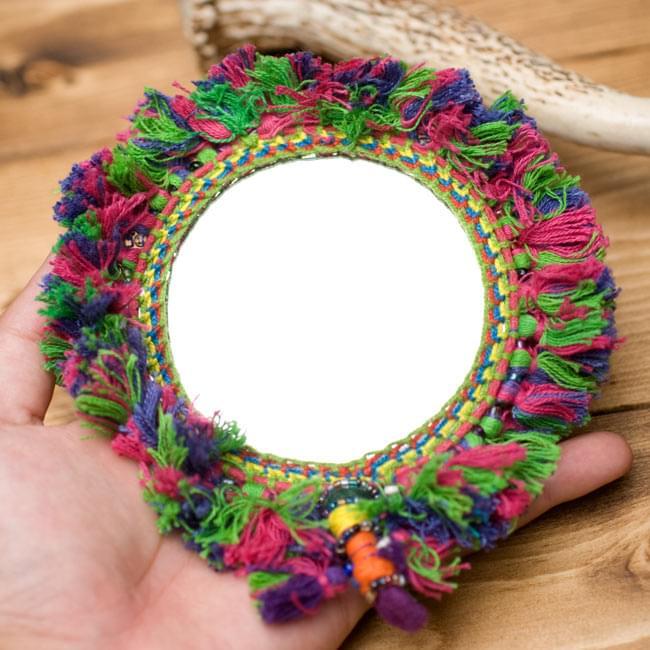 ふわふわカラフル装飾付き壁掛け鏡・ハンドミラー - 赤・紫・緑系の写真6 - サイズを感じていただく為、手に持ってみたところです。