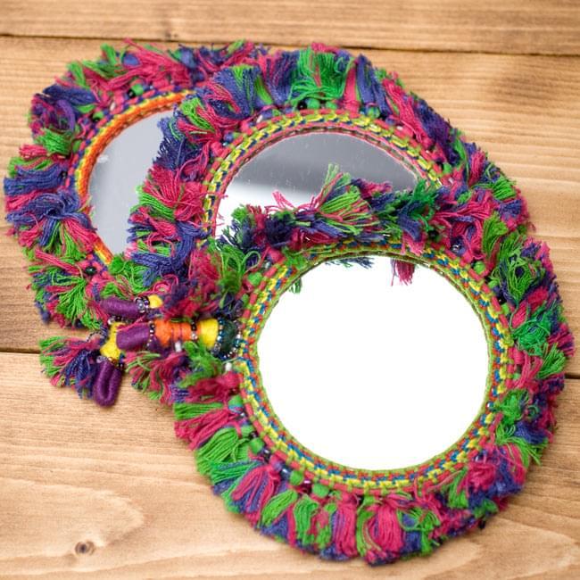 ふわふわカラフル装飾付き壁掛け鏡・ハンドミラー - 赤・紫・緑系の写真7 - すべて手作りの為、若干糸の色合いなどがことなります。