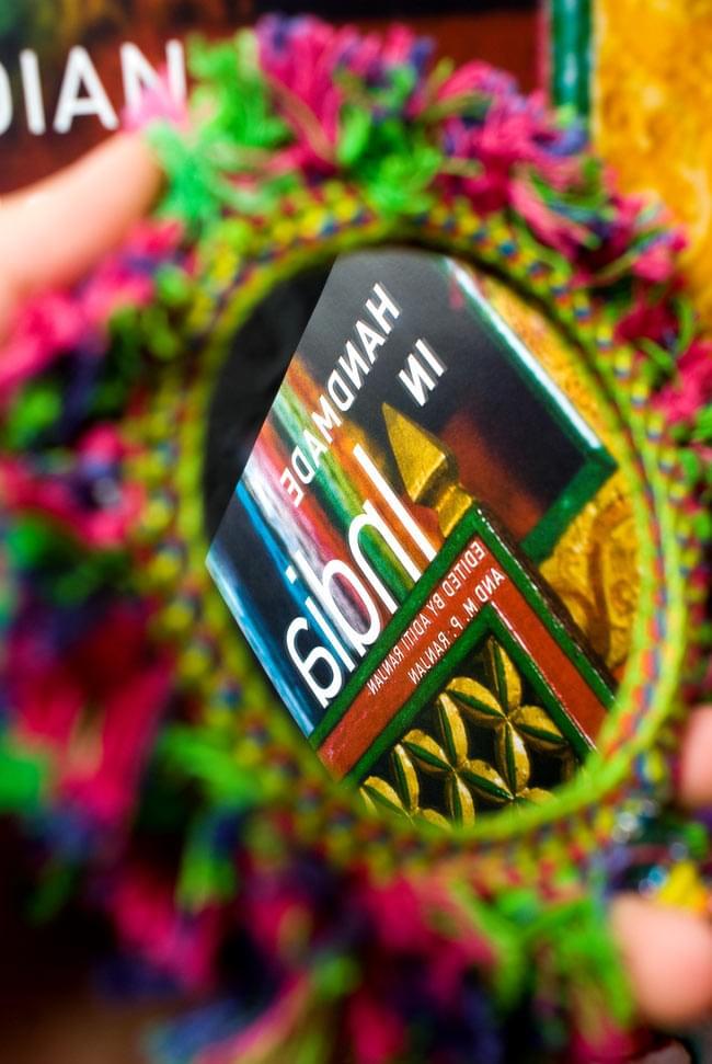 ふわふわカラフル装飾付き壁掛け鏡・ハンドミラー - 赤・紫・緑系の写真8 - もちろん実用性も!部分的に若干のスクラッチなどがある場合はございますが、インドで売られているこのような鏡の中ではかなり綺麗です!(こちらは同ジャンル品の写真になります。)
