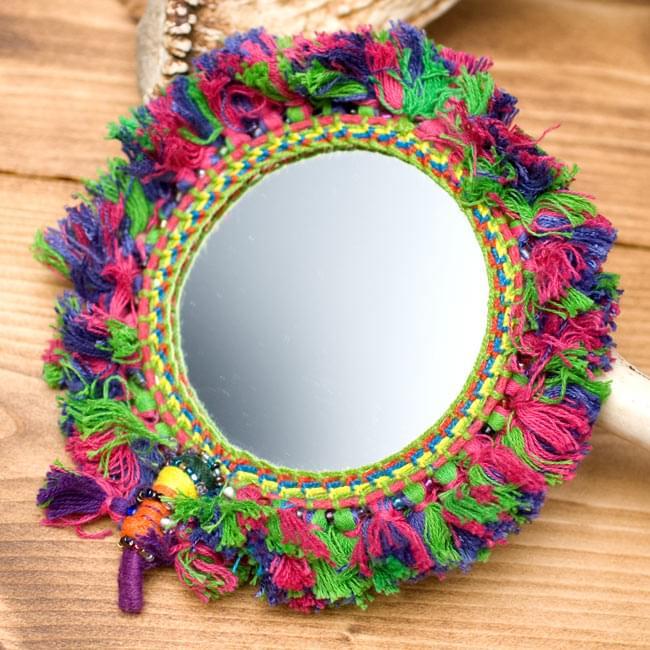 ふわふわカラフル装飾付き壁掛け鏡・ハンドミラー - 赤・紫・緑系の写真