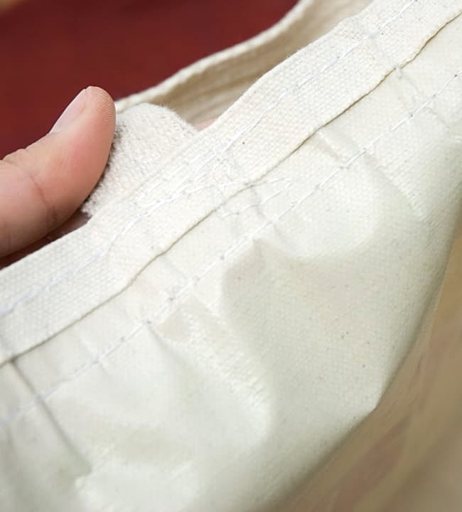 マサラ帆布バッグ[ゾウさん] 6 - 中にはビニール加工がしてあるので、外からの水の侵入には心強いです