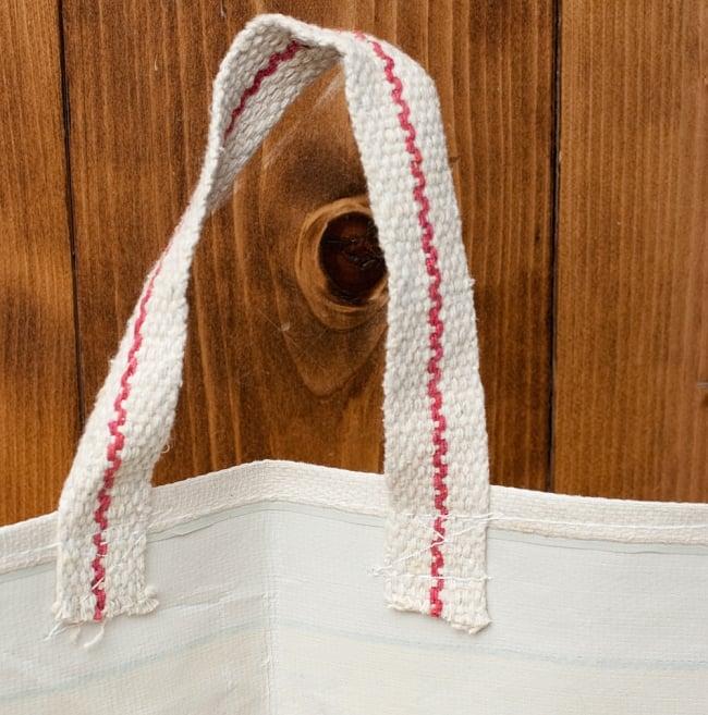 マサラ帆布バッグ[RAM DARBAR]の写真6 - 帆布の裏にはビニールがラミネートされ、防水加工が施されています。持ち手のデザインは多少異なる場合がございます