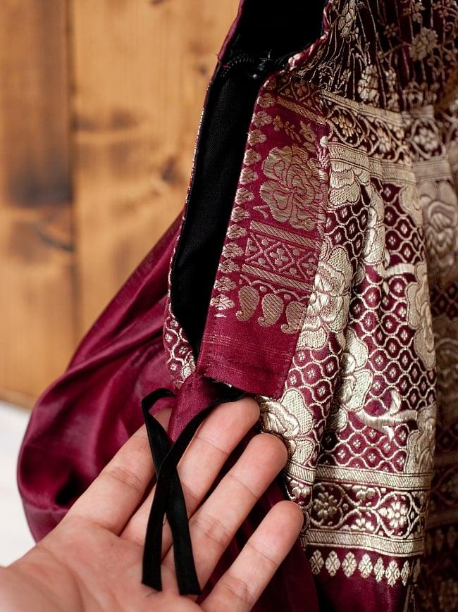 オールドシルクサリーのジッパー付き肩掛けバッグ - 選べる一点物の写真10 - サイドにはスリットが入っていて、こちらの紐で調整できます。