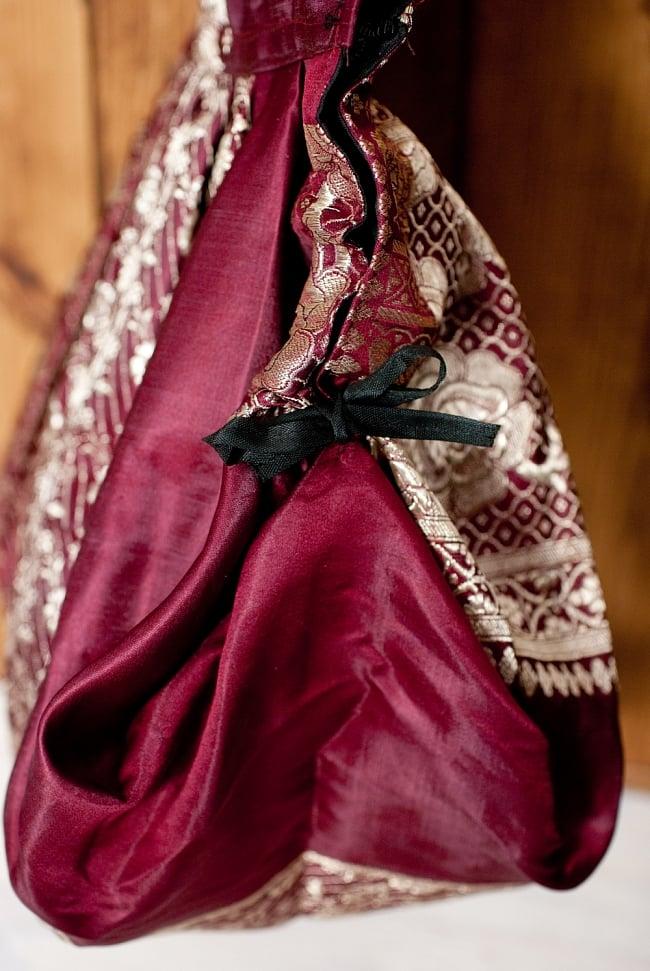 オールドシルクサリーのジッパー付き肩掛けバッグ - 選べる一点物の写真11 - 紐を引いてみたところです