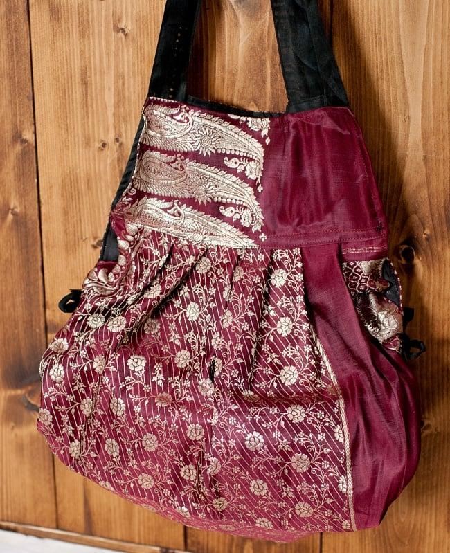 オールドシルクサリーのジッパー付き肩掛けバッグ - 選べる一点物の写真12 - 紐を引くとこのようにシルエットを丸みを帯びた形に変えることができます。