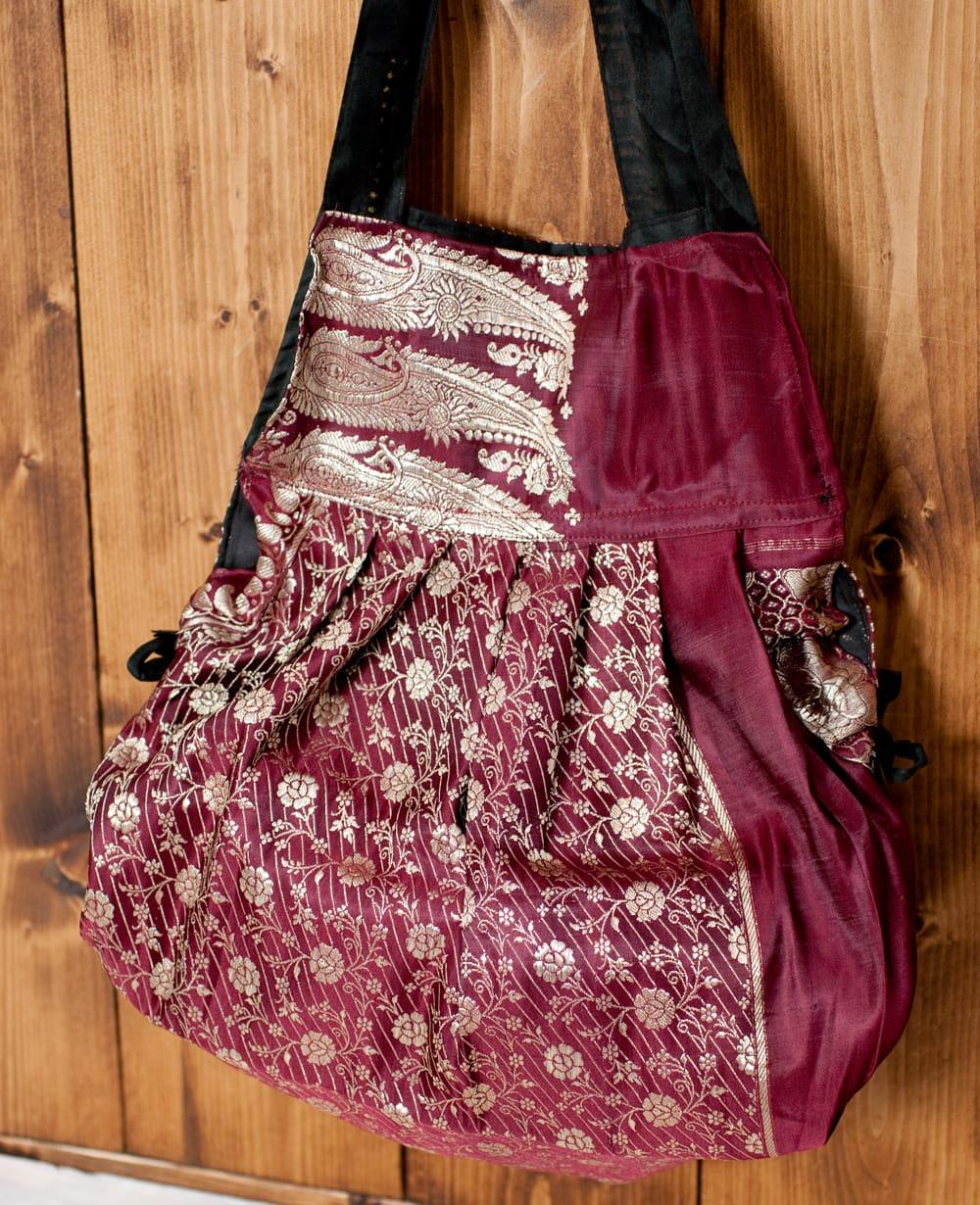 オールドシルクサリーのジッパー付き肩掛けバッグ - 選べる一点物 12 - 紐を引くとこのようにシルエットを丸みを帯びた形に変えることができます。