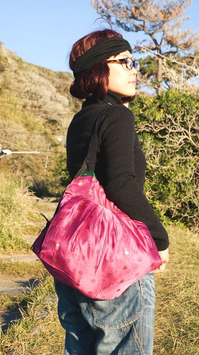 オールドシルクサリーのジッパー付き肩掛けバッグ - 選べる一点物の写真7 - モデルさんにかけてもらいました。ちょうどいい大きさですね。