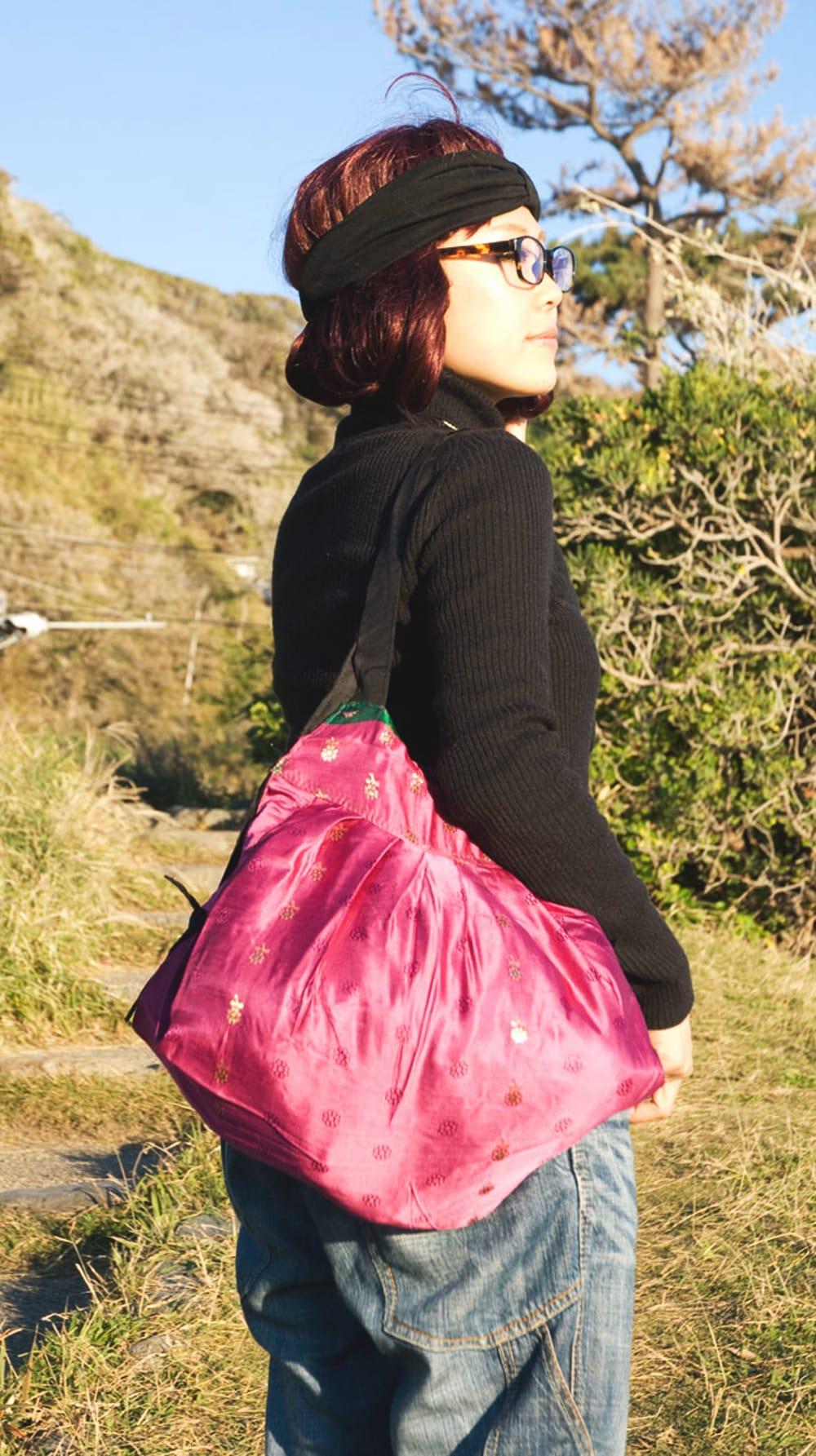 オールドシルクサリーのジッパー付き肩掛けバッグ - 選べる一点物 7 - モデルさんにかけてもらいました。ちょうどいい大きさですね。