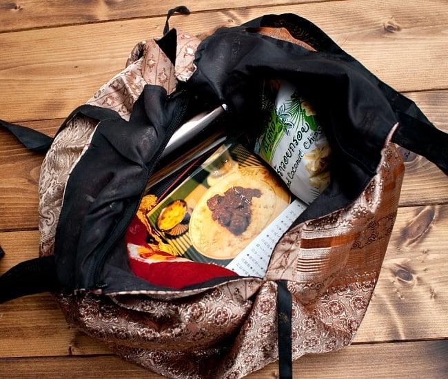 オールドシルクサリーのジッパー付き肩掛けバッグ - 選べる一点物の写真8 - 普段使いには十分な収納力があります