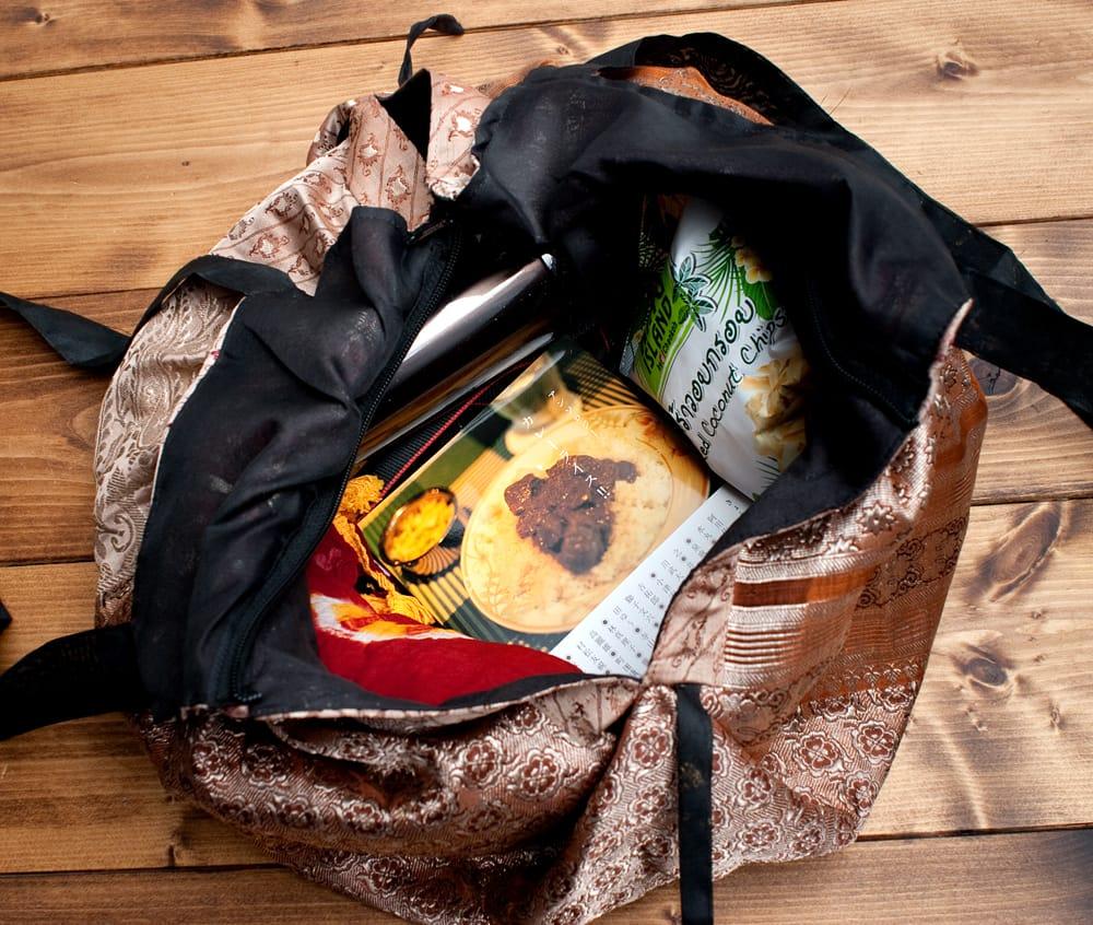 オールドシルクサリーのジッパー付き肩掛けバッグ - 選べる一点物 8 - 普段使いには十分な収納力があります