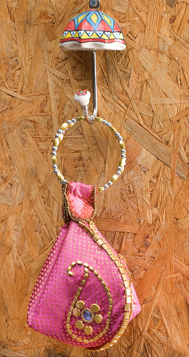 アジアンデザインの壁掛けフック - アンブレラの写真5 - 小さなバッグを吊るしてみました。