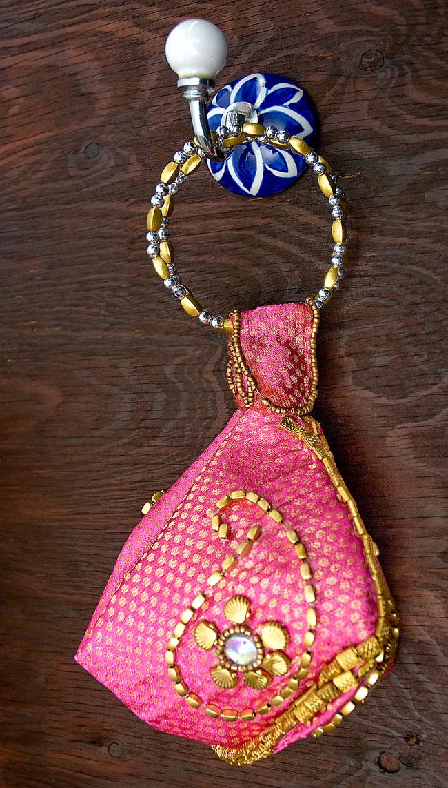 アジアンデザインの壁掛けフック - ラウンド型の写真5 - 小さなバッグを吊るしてみました。