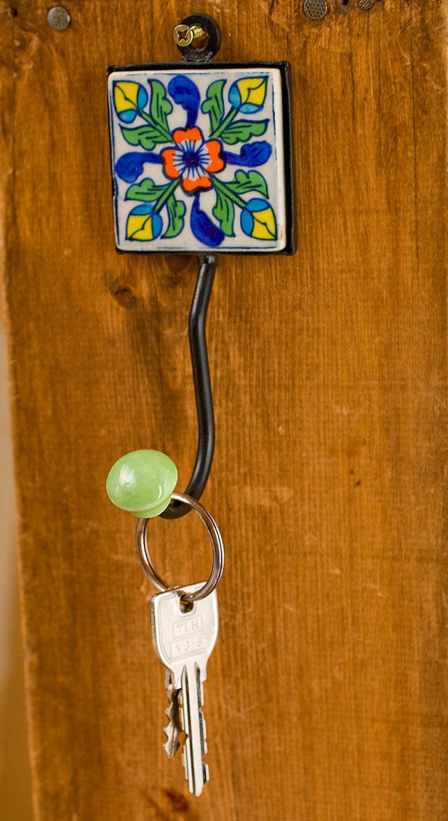 ジャイプールポッタリーの壁掛けフック - スクエアの写真6 - 鍵かけとして使ってみた例です。