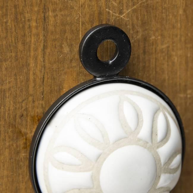 アジアンデザインの壁掛けフック ラウンド - ホワイトフラワー 4 - 5mmほどの穴がありますので、釘の頭などに簡単に引っ掛けられるようになっています。