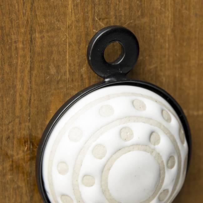 アジアンデザインの壁掛けフック ラウンド - ラウンドホワイト 4 - 5mmほどの穴がありますので、釘の頭などに簡単に引っ掛けられるようになっています。