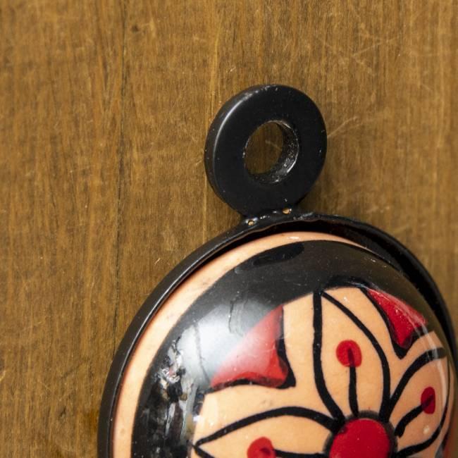 アジアンデザインの壁掛けフック ラウンド - ブラウンチェリー 4 - 5mmほどの穴がありますので、釘の頭などに簡単に引っ掛けられるようになっています。