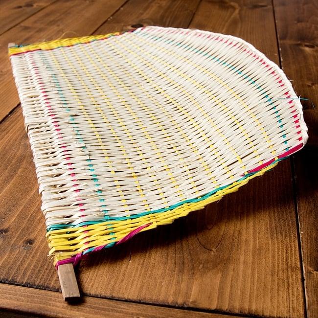 ベトナムの竹製 手作りヨット型うちわ 6 - 風がくるよう、湾曲して作られています。