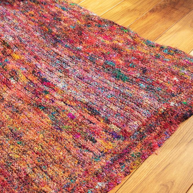 カラフルシルクスレッド 色彩豊かな手編みラグ 3 - 拡大してみました。色彩が混ざり合い、とてもきれいです。