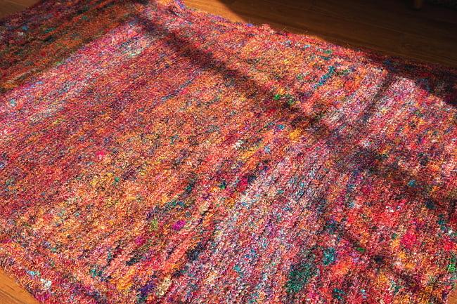 カラフルシルクスレッド 色彩豊かな手編みラグ 4 - 別の角度から
