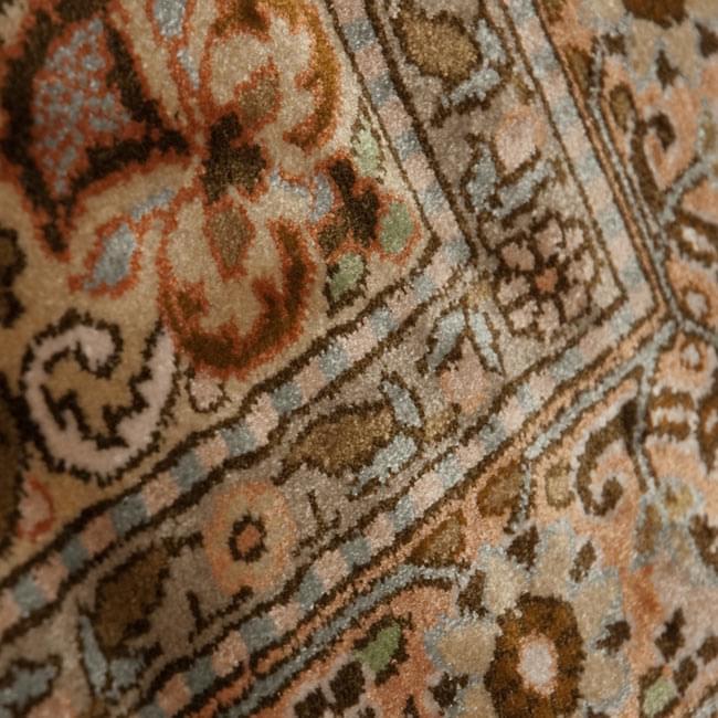 手織り&草木染めカシミール絨毯[シルク100% 1平方インチ484ノット] 10 - 表のアップです。非常に細かいです