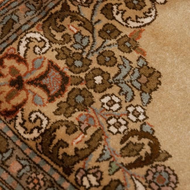 手織り&草木染めカシミール絨毯[シルク100% 1平方インチ484ノット] 7 - 表のアップです。非常に細かいです