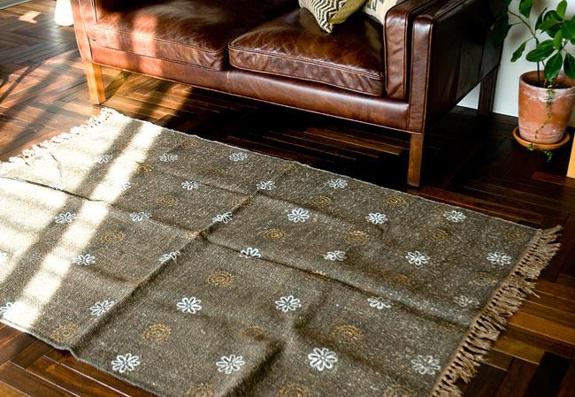 インドのラグ ジュート・ダリー - ゴールド&シルバー 【約180cm×約120cm】の写真10 - 実際に使用してみたところです。雰囲気がでてとても素敵な空間になりますよ。