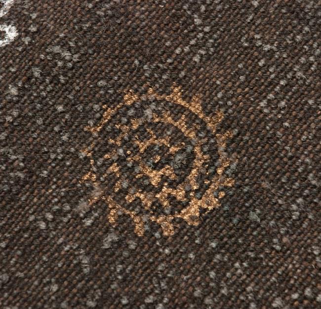 インドのラグ ジュート・ダリー - ゴールド&シルバー 【約180cm×約120cm】の写真4 - 角の部分をアップにしてみました。
