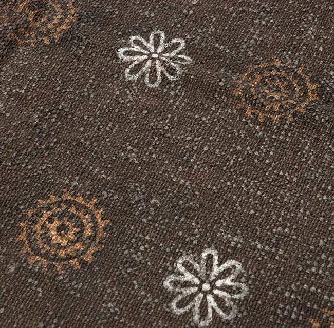 インドのラグ ジュート・ダリー - ゴールド&シルバー 【約180cm×約120cm】の写真5 - アップにしてみました。ひとつひとつ丁寧に織られています。