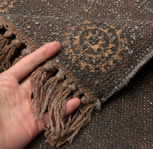 インドのラグ ジュート・ダリー - ゴールド&シルバー 【約180cm×約120cm】の写真7 - アップにしてみました。ひとつひとつ丁寧に織られています。