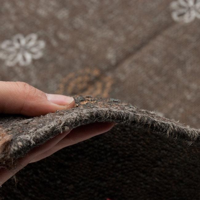インドのラグ ジュート・ダリー - ゴールド&シルバー 【約180cm×約120cm】の写真8 - 生地の厚みはこんな感じです