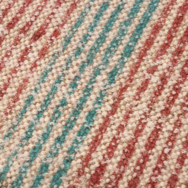 インドのラグ ジュート・ダリー -ストライプ 【約180cm×約120cm】の写真5 - アップにしてみました。ひとつひとつ丁寧に織られています。