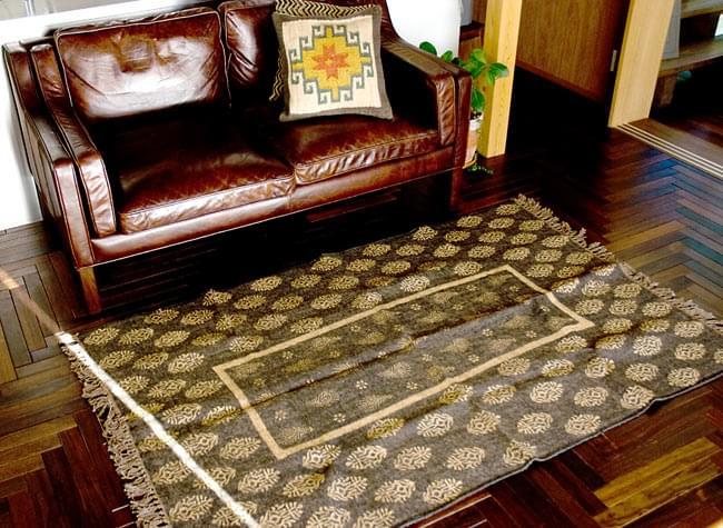 インドのラグ ジュート・ダリー - ゴールド 【約180cm×約120cm】の写真11 - 別の角度がからも撮ってみました。