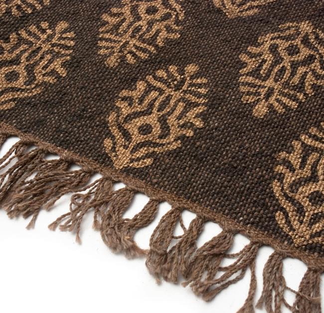 インドのラグ ジュート・ダリー - ゴールド 【約180cm×約120cm】の写真4 - 角の部分をアップにしてみました。縦糸にはウールが使用されています