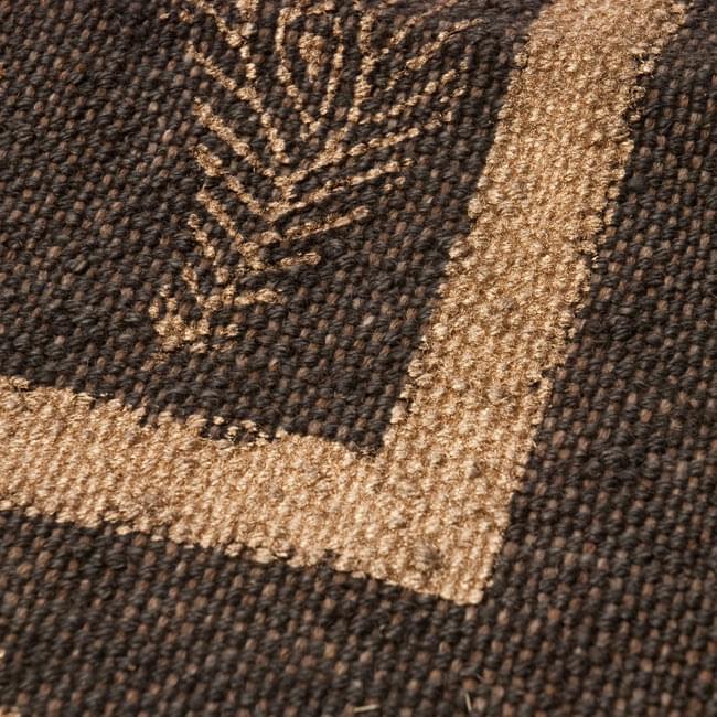 インドのラグ ジュート・ダリー - ゴールド 【約180cm×約120cm】の写真5 - アップにしてみました。ひとつひとつ丁寧に織られています。