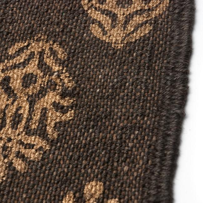 インドのラグ ジュート・ダリー - ゴールド 【約180cm×約120cm】の写真6 - アップにしてみました。インド柄が印刷されています