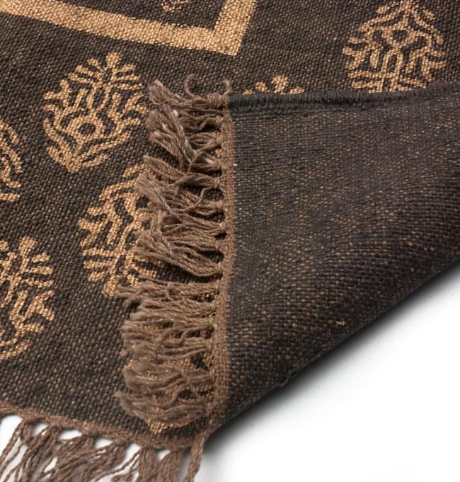 インドのラグ ジュート・ダリー - ゴールド 【約180cm×約120cm】の写真7 - 裏面です。フリンジはウールが使用されています