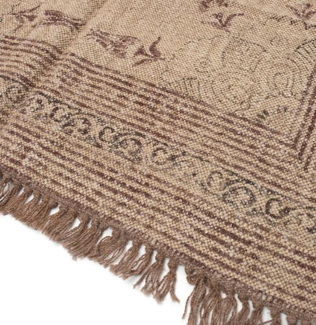 インドのラグ ジュート・ダリー - メダリオン 【約180cm×約120cm】の写真4 - 角の部分をアップにしてみました。縦糸にはウールが使用されています