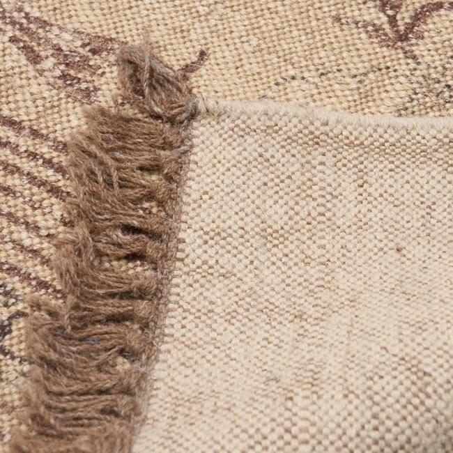 インドのラグ ジュート・ダリー - メダリオン 【約180cm×約120cm】の写真7 - 裏面です。フリンジはウールが使用されています