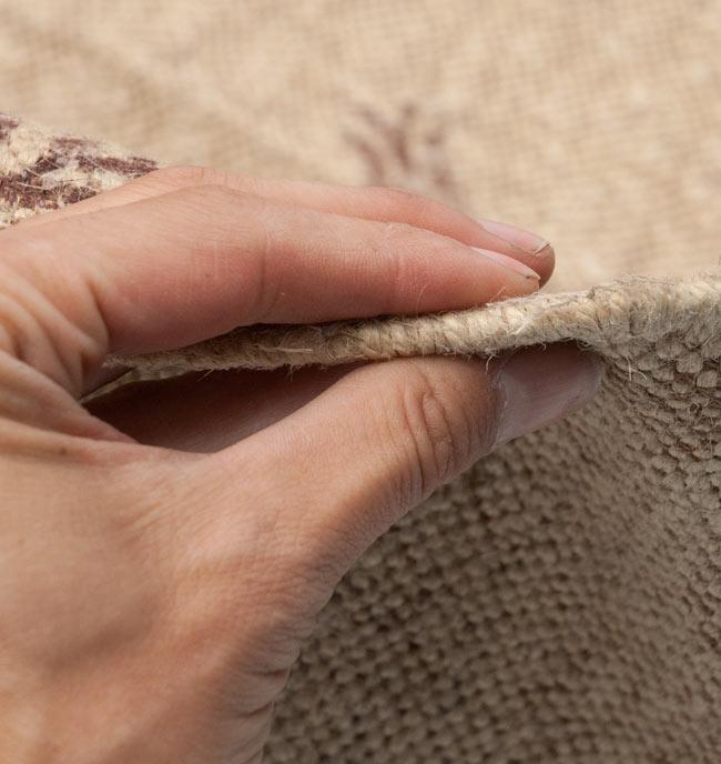 インドのラグ ジュート・ダリー - メダリオン 【約180cm×約120cm】の写真8 - 生地の厚みはこんな感じです