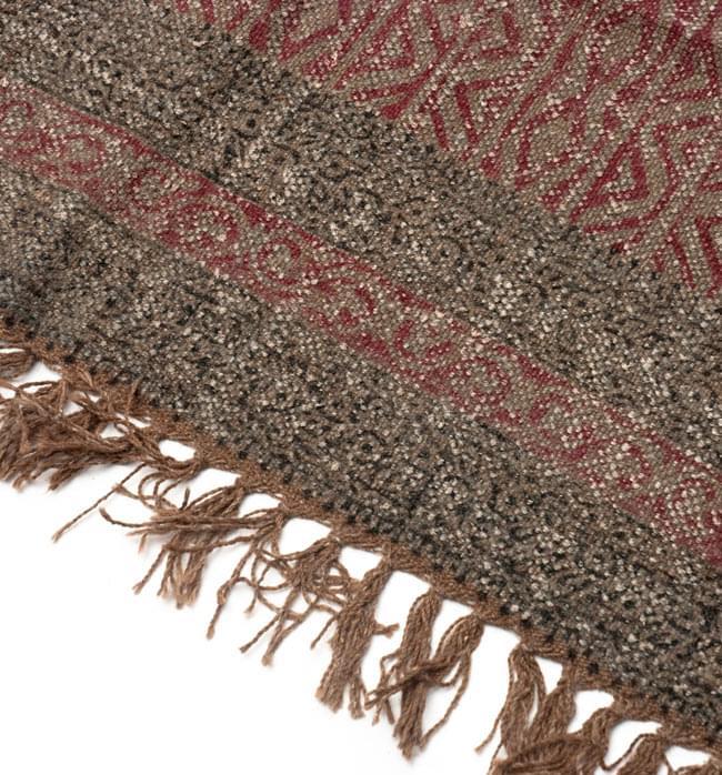 インドのラグ ジュート・ダリー - 伝統模様 【約180cm×約120cm】の写真4 - 角の部分をアップにしてみました。縦糸にはウールが使用されています