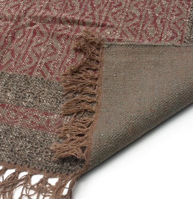 インドのラグ ジュート・ダリー - 伝統模様 【約180cm×約120cm】の写真7 - 裏面です。フリンジはウールが使用されています