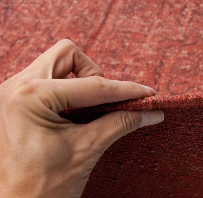 インドのラグ ジュート・ダリー 【約180cm×約120cm】の写真7 - ラグの厚みはこんな感じです