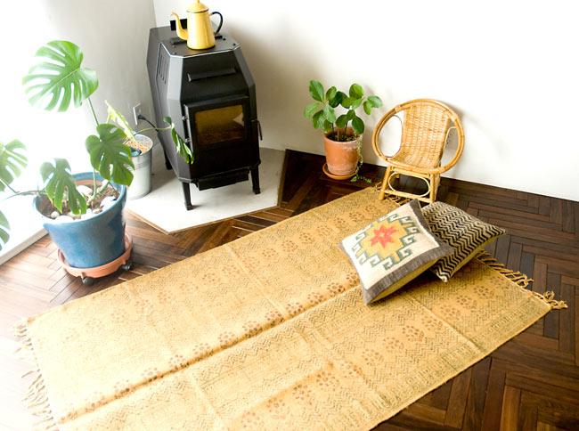 インドのラグ ジュート・ダリー - 伝統模様 【約180cm×約120cm】の写真10 - 実際に使用してみたところです。雰囲気がでてとても素敵な空間になりますよ。
