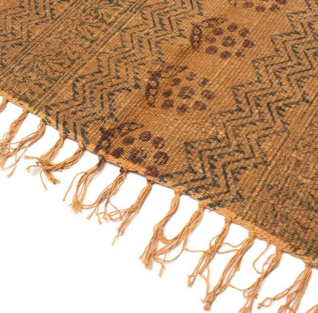 インドのラグ ジュート・ダリー - 伝統模様 【約180cm×約120cm】の写真4 - 角の部分をアップにしてみました。縦糸にはコットンが使用されています