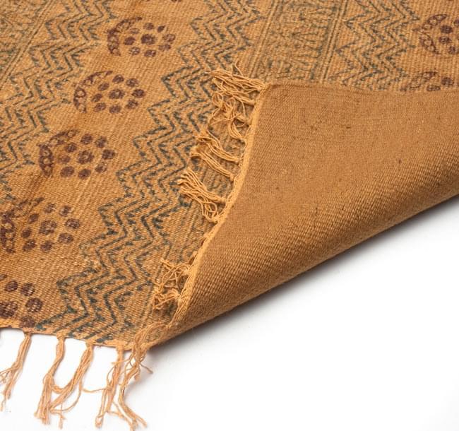 インドのラグ ジュート・ダリー - 伝統模様 【約180cm×約120cm】の写真7 - 裏面です。フリンジはコットンが使用されています