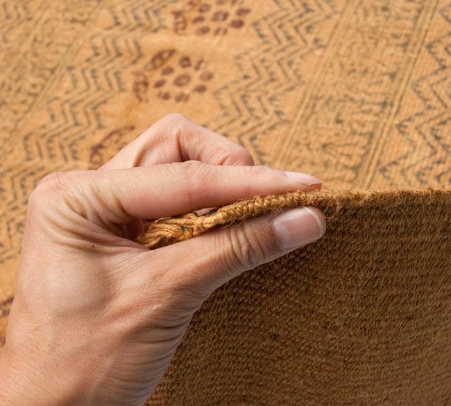 インドのラグ ジュート・ダリー - 伝統模様 【約180cm×約120cm】の写真8 - 生地の厚みはこんな感じです