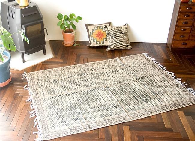 インドのラグ ジュート・ダリー 【約180cm×約120cm】の写真10 - 実際に使用してみたところです。雰囲気がでてとても素敵な空間になりますよ。