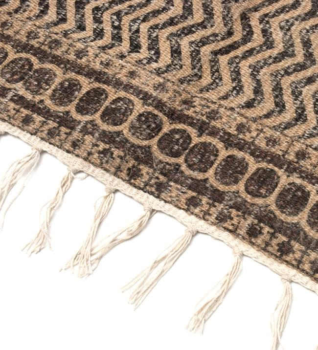 インドのラグ ジュート・ダリー 【約180cm×約120cm】の写真4 - 角の部分をアップにしてみました。縦糸にはコットンが使用されています