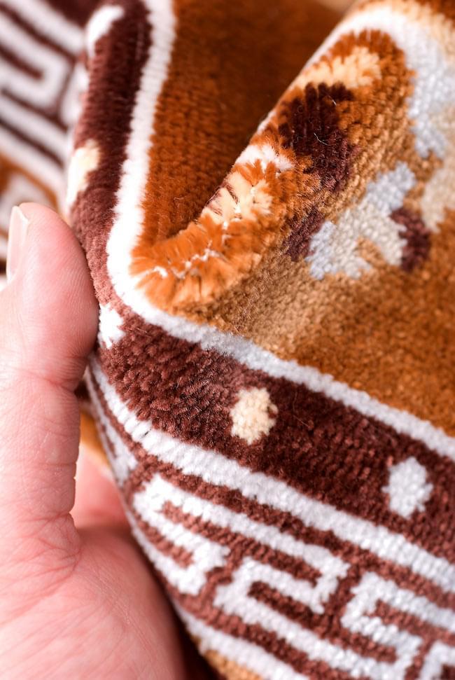 インドのエスニック絨毯 ミニ【約48cm×約50cm】 黄土の写真5 - 手にとってみました。柔らかな触感が魅力的です。