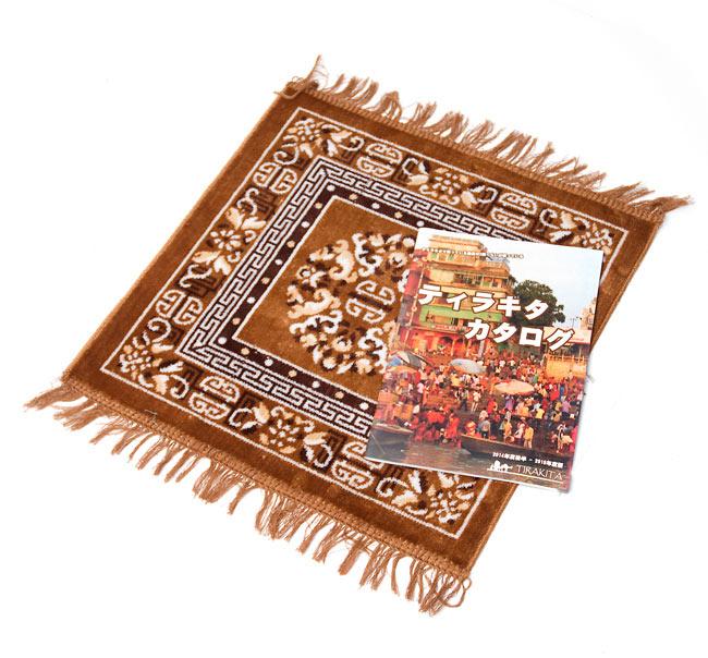 インドのエスニック絨毯 ミニ【約48cm×約50cm】 黄土の写真6 - 大きさのご参考に、A4サイズの冊子と写してみました。